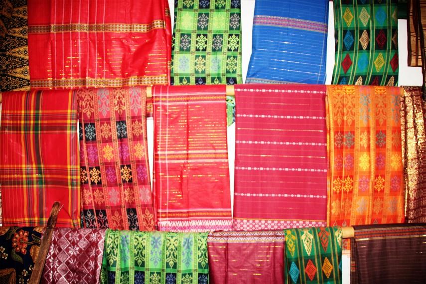 Kain tenun produksi Desa Wajo dijual dengan harga berkisar mulai dari Rp60.000 hingga jutaan rupiah
