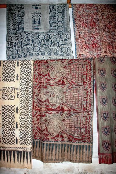 Kain sutera bermotif batik hasil kerajinan tangan perajin Desa Wajo semakin digemari turis mancanegara