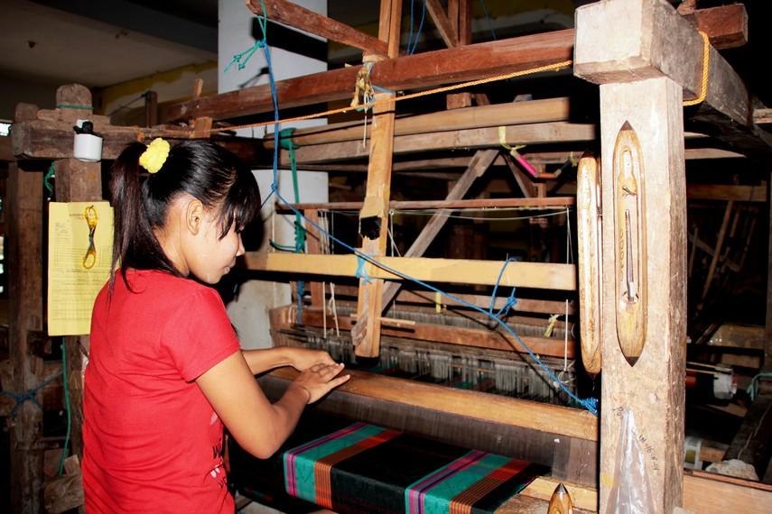 Walau pembuatannya menggunakan alat tenun semi tradisional, ketelitian tetap diperlukan