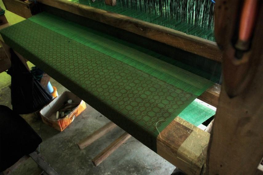Pembuatan sehelai kain sutera berukuran 4x2 meter hanya dalam satu hari menggunakan bola-bola