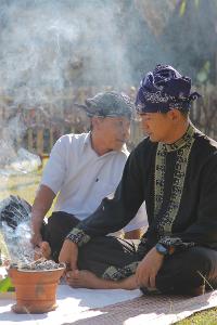 Ritual Sedekah Kue merupakan wujud pesta rakyat dalam rangka menyambut hari panen raya dalam tradisi Sunda
