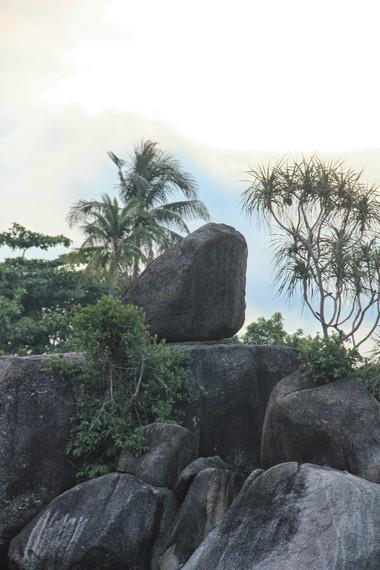 Batu kecil yang sedikit miring sangat unik karena seakan melawan gaya gravitasi