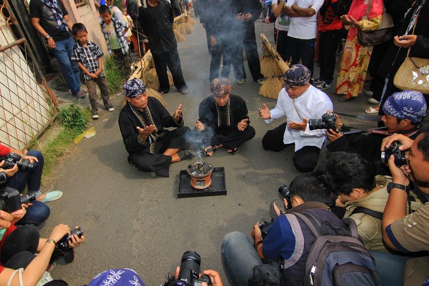 Para kokoot berdoa sebelum melakukan ritual Helaran Dongdang dalam puncak perayaan Seren Taun