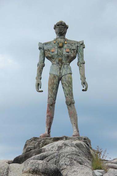 Patung robot di sebelah barat bagian pantai menjulang tinggi mencapai 7 meter