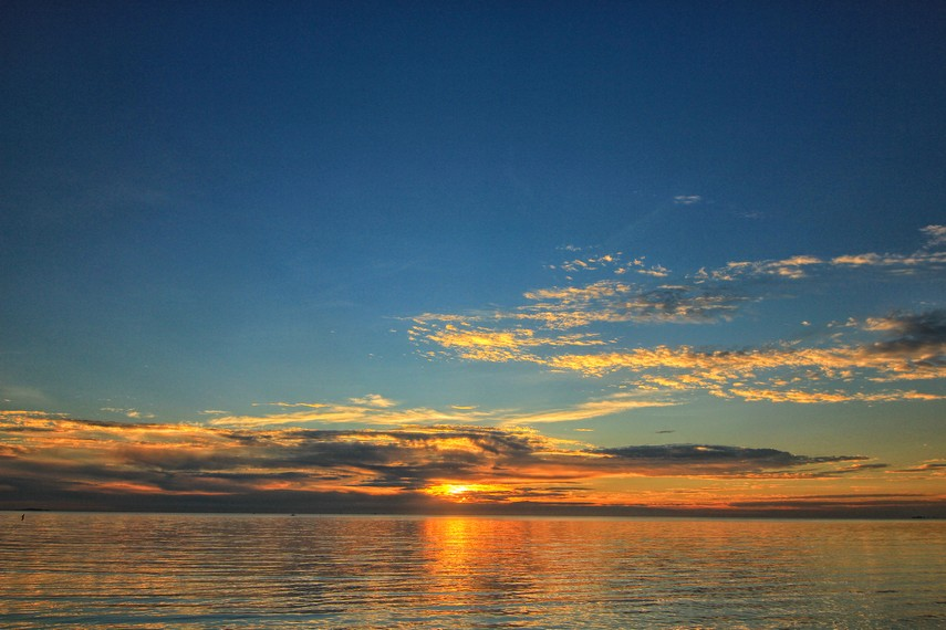 Pemandangan matahari tenggelam menjadi salah satu daya tarik bagi wisatawan yang berkunjung ke Pantai Tanjung Pendam
