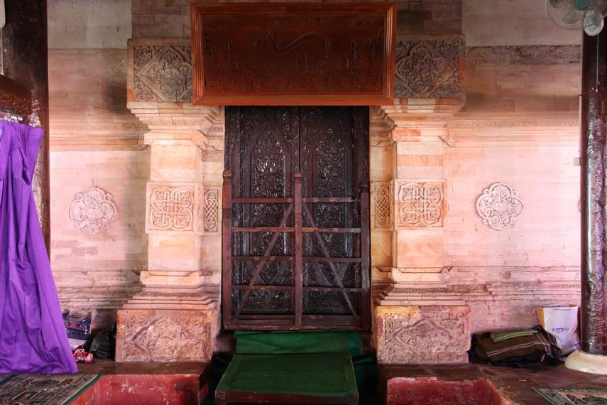 Terdapat 9 pintu di Masjid Sang Cipta Rasa, 1 pintu utama dan 8 di sisi kanan dan kiri