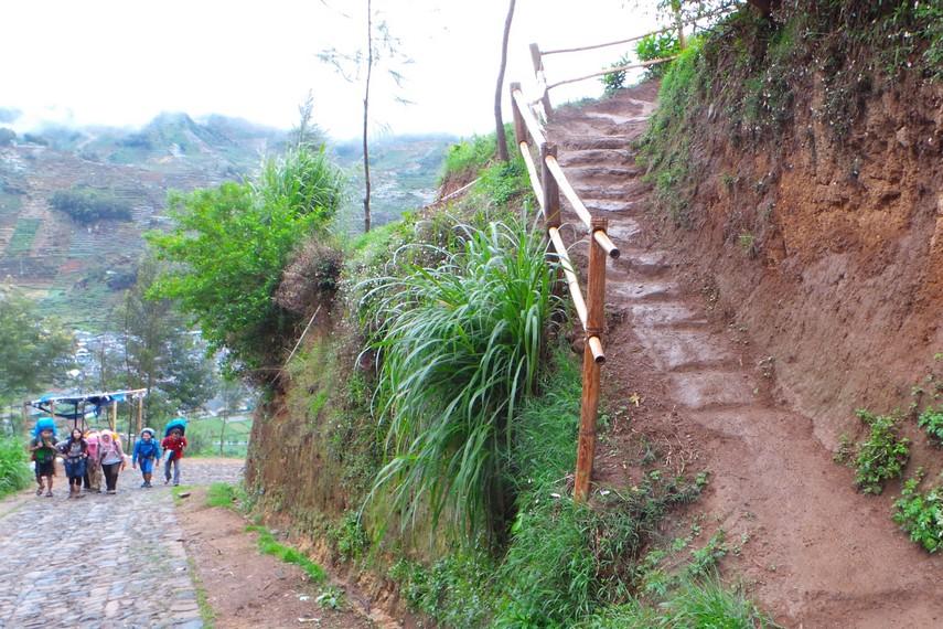 Dari Pos Sikut Dewo pendaki dapat melanjutkan pendakian menuju titik pemberhentian kedua yakni Canggal Walangan