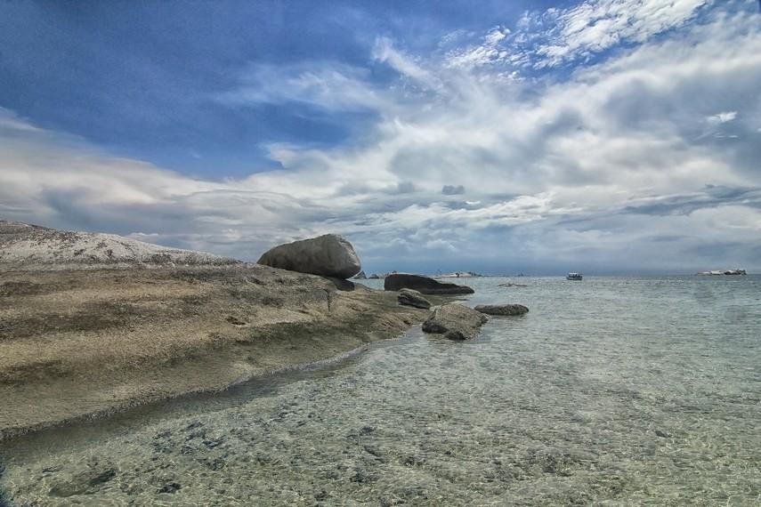 Airnya yang jernih membuat kita bisa melihat aneka biota laut yang terdapat di Pulau Babi