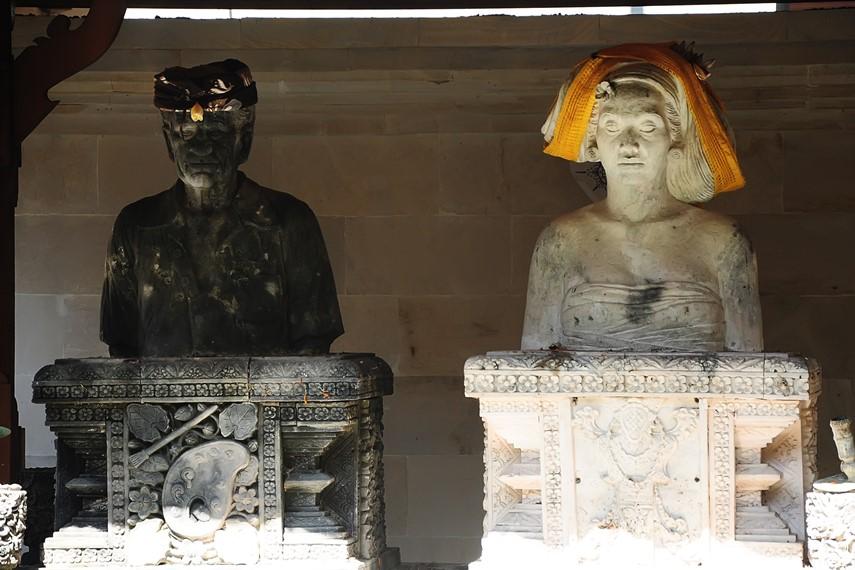 Patung setengah badang Le Mayeur dan Ni Pollok yang terletak tepat menghadap gerbang masuk museum