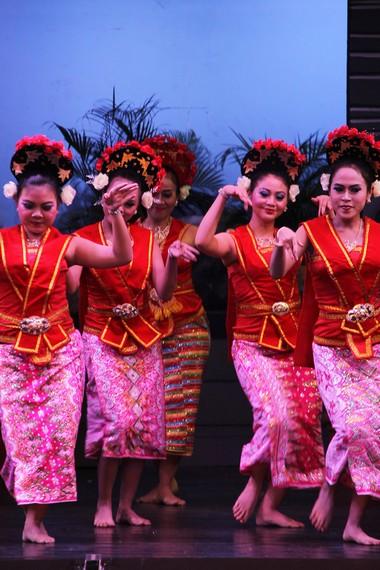 Dari segi musik, tari yapong diiringi oleh gambang keromong dan alat musik tabuh yang riang dan bersemangat