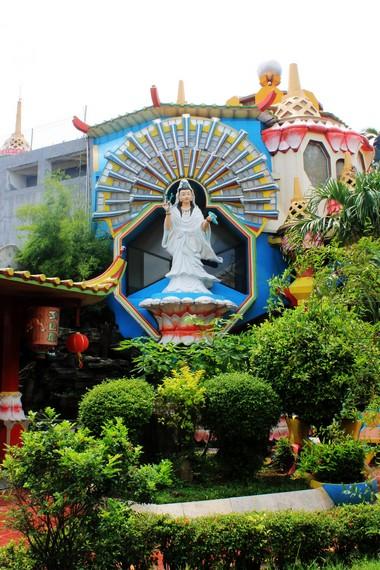 Di dalam klenteng, terdapat patung Dewi Kwan Im Pou Sat dan ruang beribadah untuk umat Buddha