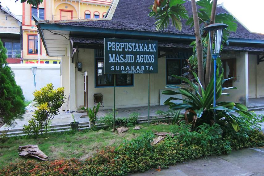 Di kawasan masjid, juga terdapat fasilitas penunjang lain, seperti poliklinik, perpustakaan, dan kantor pengelola