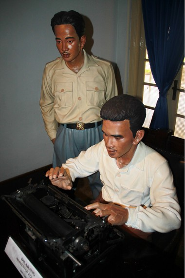 Diorama yang menggambarkan Sayuti Melik sedang mengetik naskah proklamasi ditemani oleh BM Diah