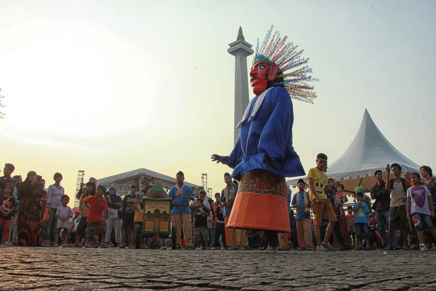 Tidak hanya lagu tradisional Betawi, kini pementasan ondel-ondel juga diiringi lagu-lagu yang sedang populer