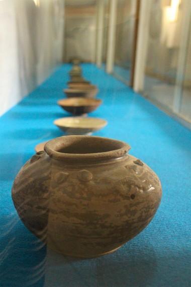 Koleksi keramik ini dipamerkan di ruangan bawah tanah Museum Mulawarman