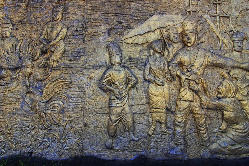 Relief yang menceritakan kisah kedurhakaan Malin Kundang yang menyebabkannya dikutuk menjadi batu