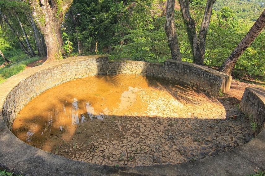 Di puncak bukit Gunung Padang, terdapat empat titik bunker peninggalan Jepang