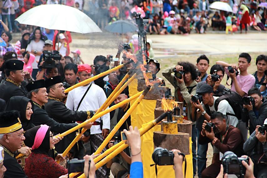 Dinyalakannya brong oleh Sultan Kutai, Gubernur Kaltim, dan Bupati Kutai menandai dibukanya gelaran Festival Erau 2013
