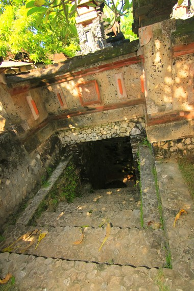 Pintu keluar yang berada di sisi depan (timur laut) kompleks rumah bawah tanah