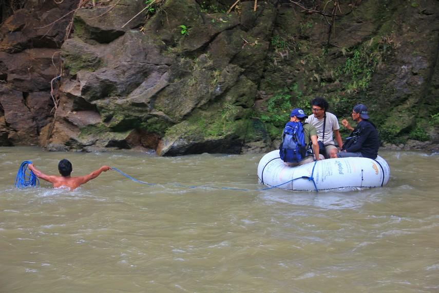 Di sini juga terdapat jasa sewa ban untuk menyeberang Sungai Air Baru