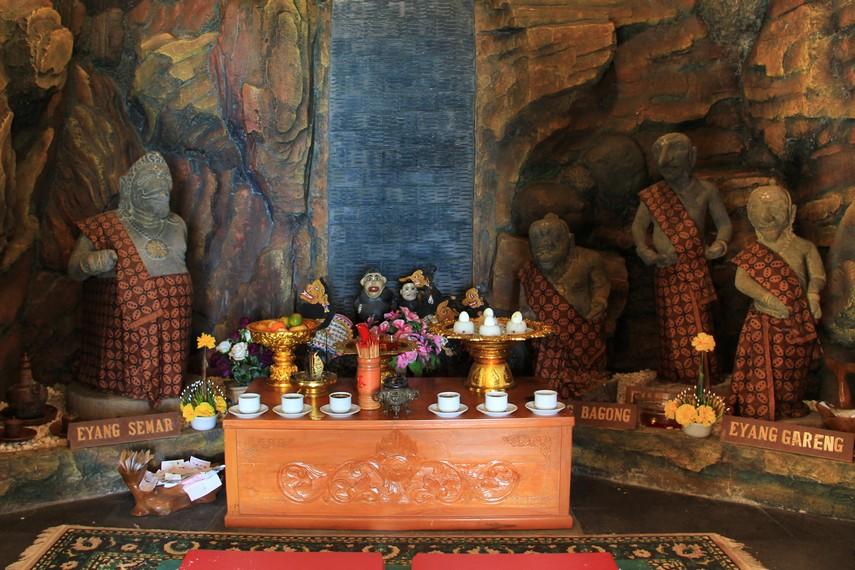 Selain terdapat altar Nyi Roro Kidul, di vihara ini juga terdapat altar Semar