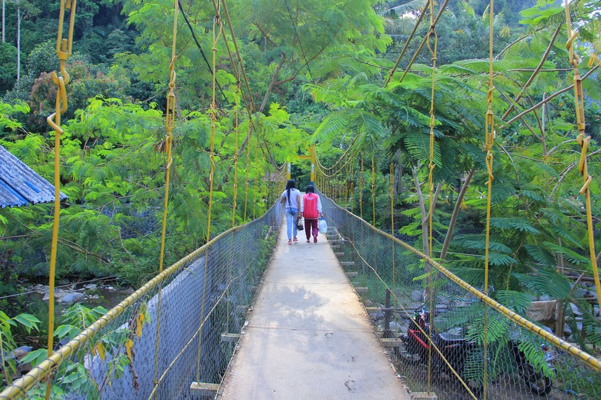 Jembatan gantung yang harus di lewati pengunjung untuk menuju Pemandian Cipanas