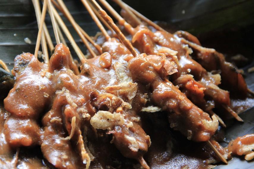 Bumbu cabai merah, bawang, ketumbar, merica, jintan, jahe, kunyit, sereh dan langkuas yang dikentalkan dengan tepung