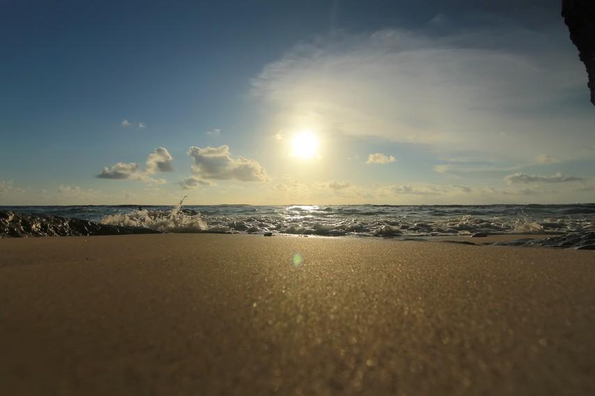 Kilauan pasir putih menjelang senja di sisi sebelah selatan Pantai Padang-padang