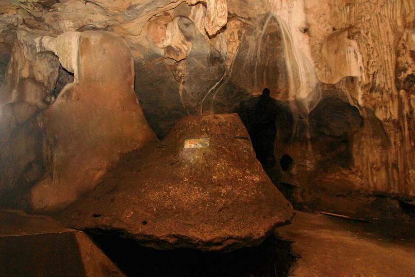 Batu gong, sebuah batu berlubang berbentuk kerucut yang mengeluarkan gema saat dipukul
