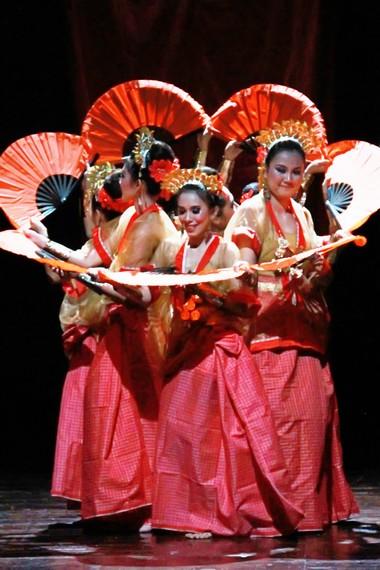 Warna kain tenun yang dikenakan oleh penari pakarena disesuaikan dengan warna bajunya