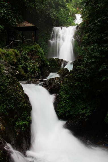 Air Terjun Bertingkat berjarak sekitar 10 menit perjalanan dari Air Terjun Mekalang