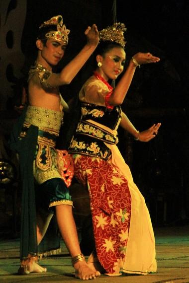 Sendratari Giri Gora Dahuru Daha diiringi oleh suara gamelan yang dipadukan dengan angklung paglag Jawatimuran