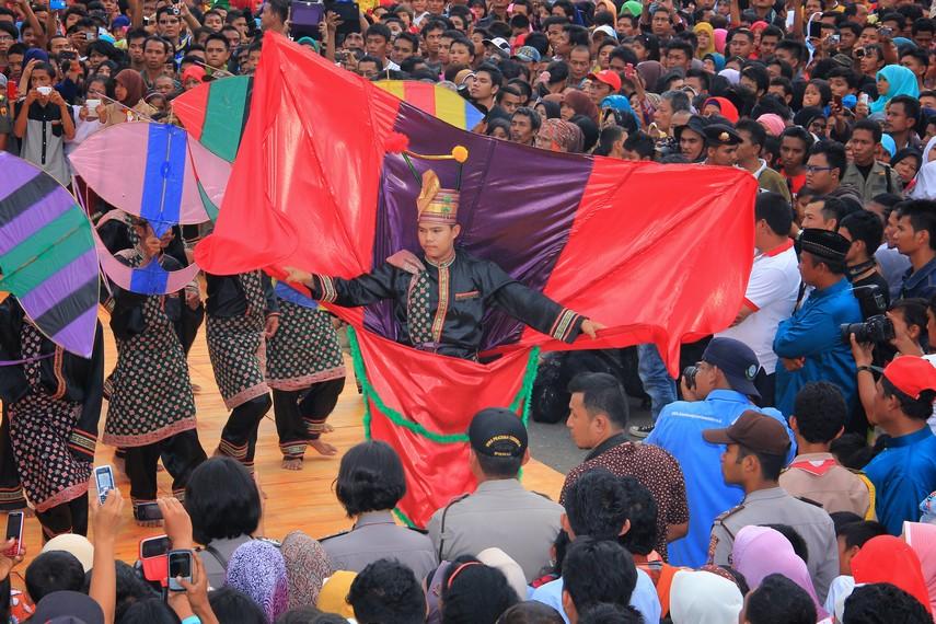 Perayaan tabuik tidak saja menarik minat masyarakat lokal tetapi mengundang perhatian wisatawan lokal dan internasional
