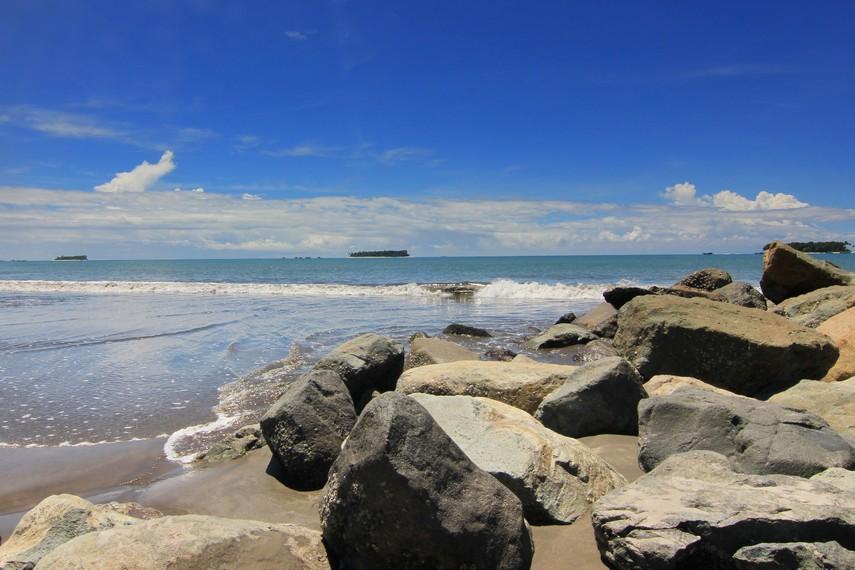 Nama pantai ini diambil dari nama kekasih Nan Tongga, yang namanya diabadikan menjadi nama hotel tertua di Kota Pariaman