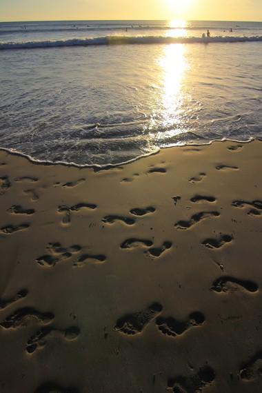 Berjalan menyusuri Pantai Kuta sambil menikmati matahari tenggelam menjadi salah satu aktivitas favorit para pengunjung