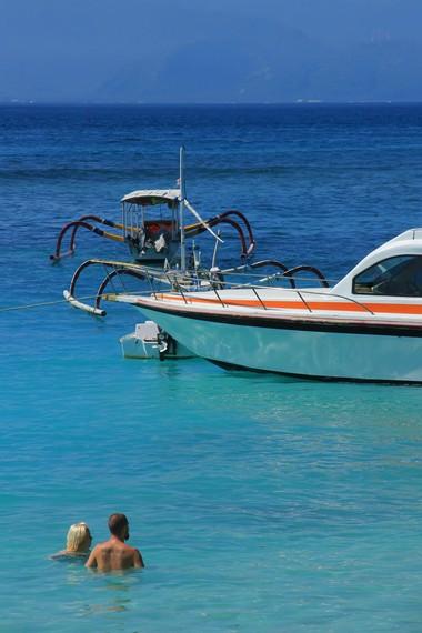 Fasilitas pariwisata yang bervariasi. Salah satunya untuk snorkeling, dari jukung hingga speedboat tersedia di sini