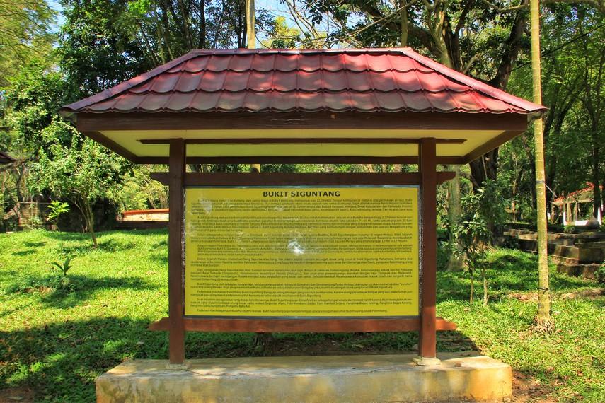 Sekelumit cerita sejarah Bukit Siguntang yang ditujukan bagi pengunjung di sini