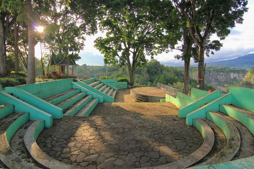 Taman Panorama dilengkapi panggung ampitheater yang dapat digunakan untuk pementasan seni