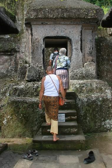 Pintu menuju ceruk-ceruk batu yang diduga dahulu berfungsi sebagai tempat meditasi umat Buddha