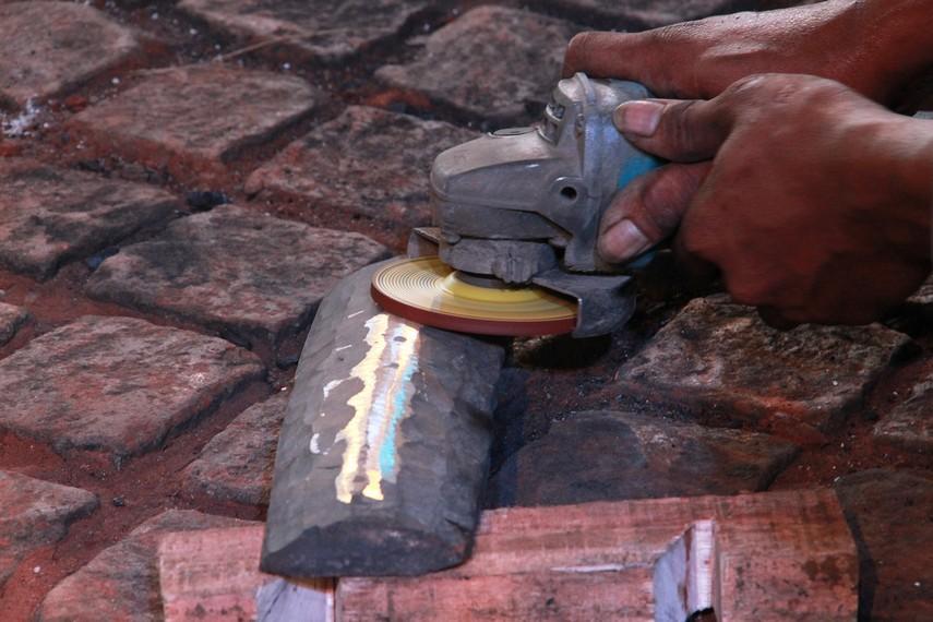 Untuk mendapatkan hasil yang maksimal, setelah dicetak, gamelan dibentuk dengan berbagai cara, salah satunya dengan digerinda