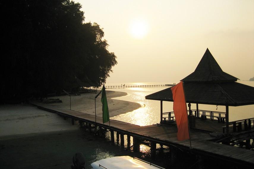 Pemandangan matahari terbenam di Pulau Sepa yang menawan
