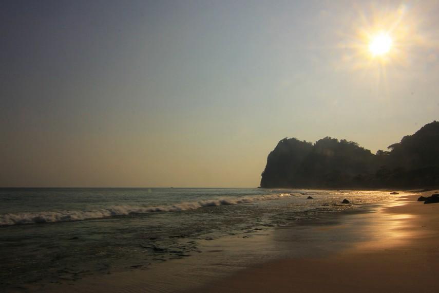 Saat senja pengunjung bisa melihat langsung matahari perlahan-lahan tenggelam menuju balik bukit