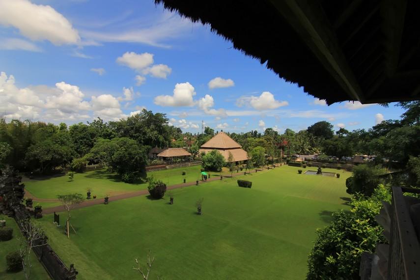 Pemandangan dari atas Balai Kulkul yang ada di sisi kiri (barat) dari jaba tengah