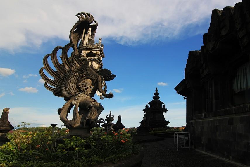 Patung Garuda membawa singgasana Dewa Wisnu di sisi timur dari pelataran atas Monumen Bajra Sandhi