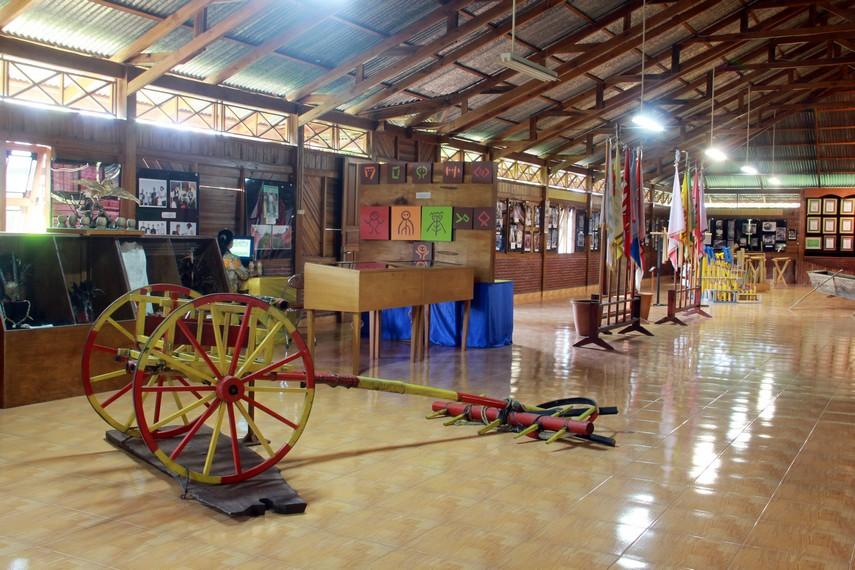 Alat tenun tradisional masyarakat Sulawesi Utara juga bisa pengunjung saksikan di Museum Pinawetengan