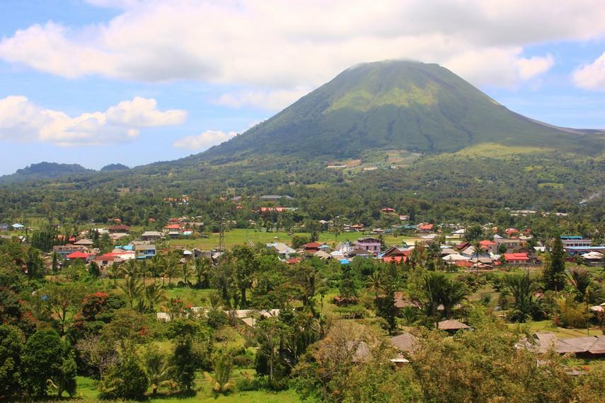 Menyaksikan keindahan Gunung Lokon bisa kita lihat dari Vihara Buddhayana