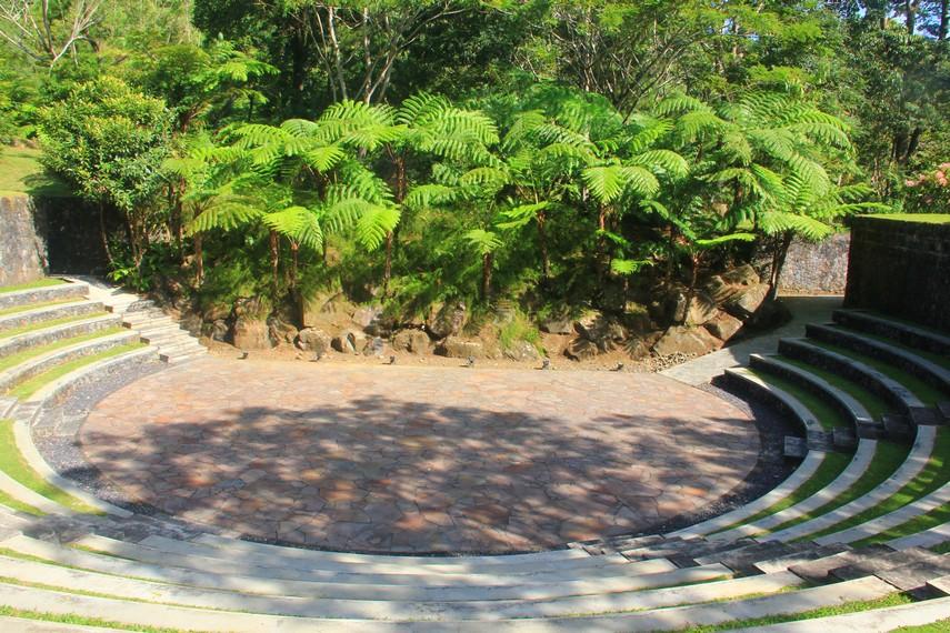 Dibuka setiap hari, Bukit Doa selalu diramaikan oleh wisatawan baik dari Manado maupun dari luar Manado
