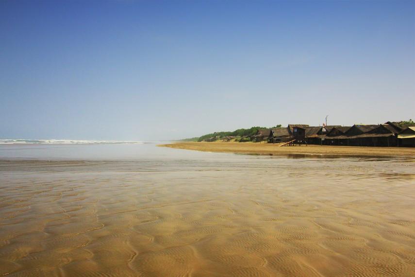 Meskipun pasirnya berwarna kecoklatan namun tidak membuat pantai ini terlihat kotor