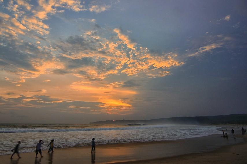 Bermain air di pinggir pantai hingga menjelang malam menjadi hal menyenangkan yang bisa dilakukan di sini