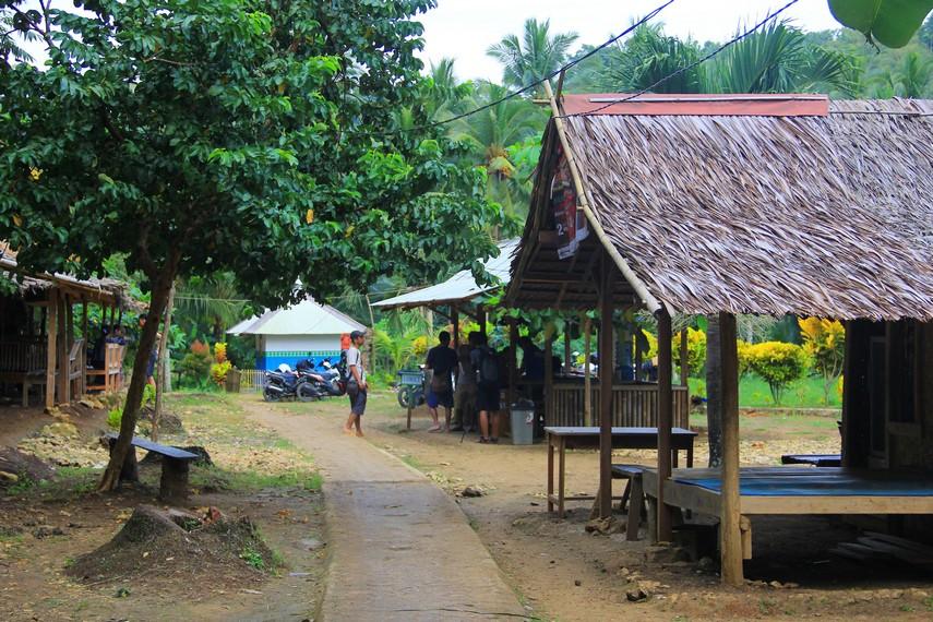 Pengunjung juga dapat beristirahat sambil duduk-duduk di balai-balai yang tersedia di sekitar gua